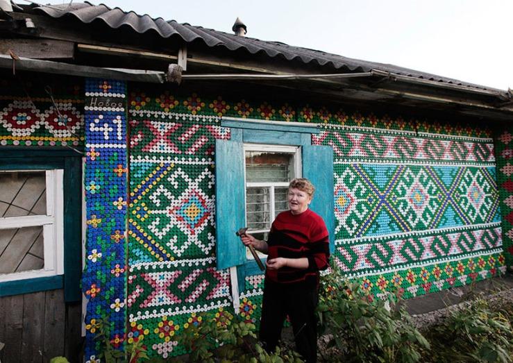 Olga Kostinas House in Kamarchaga, Siberia, image © reuters / ilya naymushin, via designboom